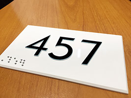 Plaque signalétique numéro de porte relief et braille