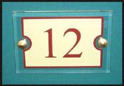 Numéro de porte beige et bodreaux