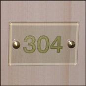 Numéro de porte gravé