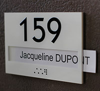 Numéro de porte à glissière relief et braille