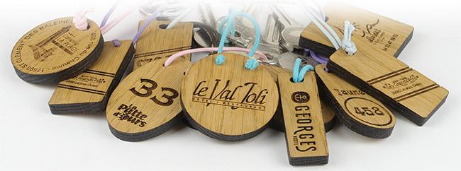 porte-clé en bois gravé